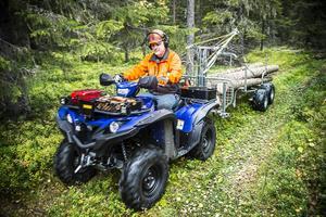 Lars Zackrisson från Yamaha Motor Skandinavien jobbar med en fyrhjuling på en skogsfastighet strax utanför Östersund.