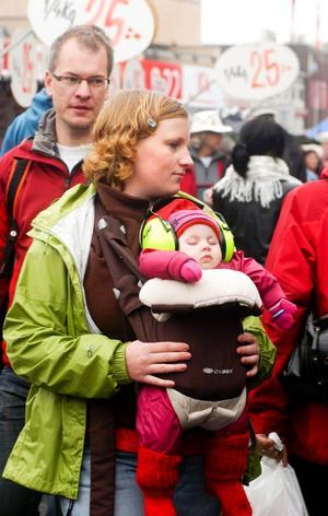 Lilla Freja sover tryggt hos mamma Linda-Marie Brandt då hon och maken Mattias Brandt besöker marknaden.
