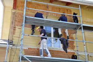 Att återställa fasaderna till ett mer ursprungligt skick kräver mycket jobb. Det blir många timmar om dagen uppe på byggställningarna.