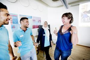 Hjälper andra nyanlända. Morteza Akbari, Omar Mohamed, Nada Bafadhl feriepraktiserar som it-guider. Gunilla Lundberg är verksamhetschef för It-guide.