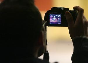 Vänner och släktingar var flitiga med att dokumentera uppträdandet. Fotoblixtarna ljungade i den halvfyllda teatersalongen.