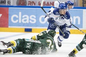 Leksands Emil Bemström i närkamp med Björklövens Marcus Jonsson.