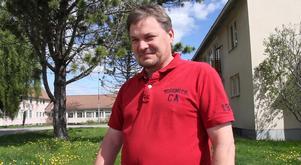 Efter en dramatisk händelse, som nästan kostade honom livet, får nu Olov Engman hjälp vid afasiutbildningen att bland annat lära sig skriva igen.