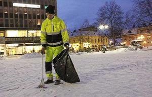 Göran Berglind städar undan resterna nyårsfirandet på Stora torget.