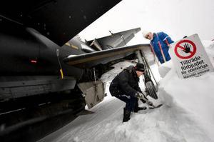 Per Björkvist och Jan Strömberg hjälps åt. Det finns inte utrymme för misstag med ett Viggenplan på 12 ton. Kör man fast så är det svårt att få loss det. Foto: Håkan Luthman