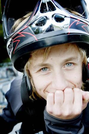 ÄNTLIGEN MOPPE. Calle Björk har äntligen fått sitt mopedkort och kan åka på sin moped.