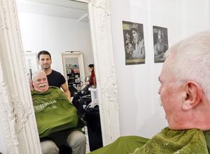 Hans Karlsson är nöjd med barberaren Emanuel Özel arbete - rakning, klippning och trimning och vaxning av mustaschen.