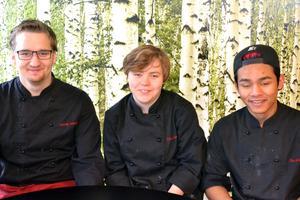 En kocktävling hålls på Smedens skola den 11 mars. Smedjebackens tävlande lag  från vänster: Anthony Holmdahl, Erika Anestedt och Nai Khun-In. Reserv är Simon Sjölander,