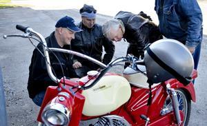 Motorglädje. Det är detaljerna som gör det. Mopedveteranerna Gnistan, MVG, har gjort vårens premiärtur i Hällefors och Mikael Larsson, Ulf Häppich och Per-Olov Tångring tar sig en närmare titt på ett av fordonen.