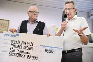 – Det här pengarna går till unga tjejer som vill spela fotboll men som inte har det stödet hemifrån att de ens kan köpa fotbollsskor, säger Acke Norell. Till vänster Erikshjälpens Lars-Erik Pherzon.