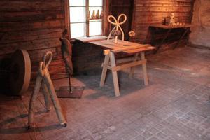 I galleriet, som en gång var ett stall, finns utställningsföremål från olika konstnärer
