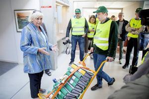 Mattias Warg, Folkinitiativet Rösta om Stornorrland, överlämnar 20 740 namnunderskrifter för folkomröstning i storregionfrågan till Margareta Winberg (S), regionfullmäktiges ordförande.