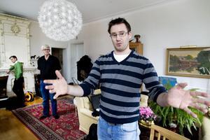 – Lufttemperaturen är inte allt, säger Mathias Cehlin som mäter termisk komfort. I bakgrunden Lennart Ahlström som lånat ut lägenheten för mätningarna.