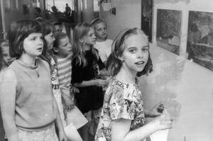 1992 fick Bergegården ett nytt konstverk, en trärelief av John Erik Berg. Men tredjeklassarna på skolan bidrog desto mer. De skänkte 30 egenhändigt gjorda konstverk till bergegården.