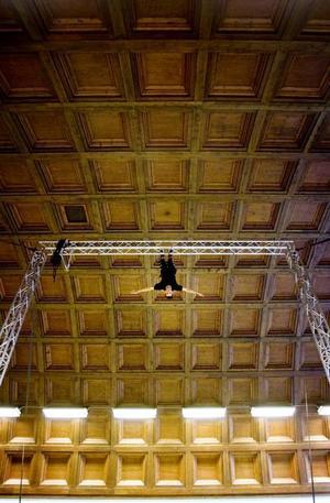 Högt och vackert. Takhöjden i stora salen på Maxim i Gävle gör det möjligt att genomföra verkligt avancerade cirkusakter där. Jacob Westin riggar för sitt bungy-akrobatiknummer.