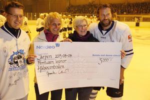 Owe Ljungdahl, Birgitta Edfalk och Kerstin Jonsson fick ta emot en check av Peter Forsberg.