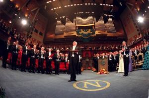 Priset och pengarna. Nobelpriset är ett inregistrerat varumärke, trots att det varken kan sägs vara en produkt eller en tjänst. Men det genererar ju, respekt till Sverige. Vilket i förlängningen är ett marknadsvärde. Dock talas sällan om vad pristagarna själva gör med sina feta checkar.  Bildens Dario Fo fick litteraturpriset 1997 och var en av de generösa.
