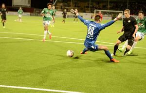 I det andra mötet i Norrettan 2015 vann Dalkurd med 4–1. Här är Alexander Ekblad på väg att överlista Peter Rosendal. På torsdagskvällen ställs de båda mot varandra igen.