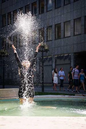 Kimberly Lejonö från SP07D, tog ett dopp i fontänen utklädd till dykare.