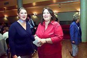 Foto: ANNAKARIN BJÖRNSTRÖMStöd. Under den nervösa pausen när rösterna räknades fick Carina Blank stöd av dottern Cristin Blank.