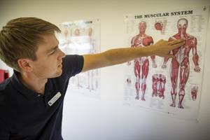 Per Isander är sjukgymnast med examen inom ett specialistområde, OMT.
