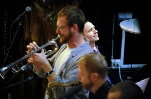 Kapellmästaren njuter medan Emil Strandberg och Andreas Gidlund tutar i sin horn.