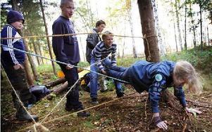 Frida Hedman, ur patrullen Tomtarna från Borlänge scoutkår, fastnade i spindelnätet. Foto: Staffan Björklund