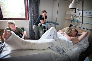 Mikael Molin, här med sin familj, fick sin vänsterfot krossad när han åkte Boomerang på Kokpunkten.
