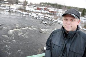 Tommy Vestersund är just denna dag nöjd med vattenflödet vid Klumpströmmen i Ljusnan vid Röste utanför Bollnäs. Det gynnar den biologiska mångfalden i älven.