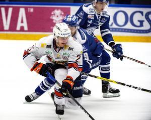 Växjös Philip Holm steget före Leksands Lukas Eriksson och Martin Karlsson under lördagens ishockeymatch i SHL.