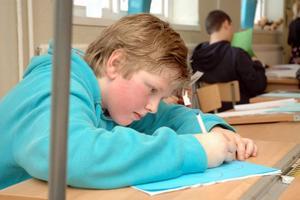 FOKUS. Felix Eriksson, 12, skriver i djup koncentration.