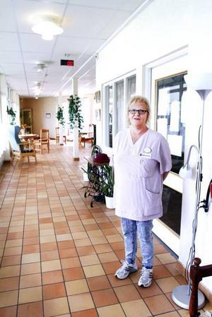 """VILL PROVA. Från 1 september får anställda inom Sandvikens äldreomsorg prata direkt med en sjuksköterska när de ska sjukskriva sig eller måste vårda sjuka barn. Syftet är att minska korttidsfrånvaron. """"Det är svårt att komma med synpunkter innan vi provat. Men på andra orter i Sverige vet jag att personalen tyckt att det varit bra"""", säger Lena Himberg, fackligt ombud på demensboendet Solbacken."""