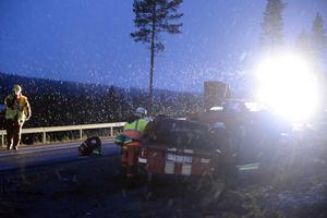 Räddningstjänsten i Idre övade med en fingerad trafikolycka på måndagskvällen, samtidigt som snön började falla tät.
