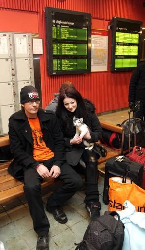 Väl förbereDda. Martin Carlsson hade förberett sig för tågförseningarna med varma kläder och extra matsäck medan Tova Karlman fått med sig en filt från mamma ifall det skulle bli en lång kväll eller i värsta fall natt på någon station efter vägen.