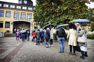Trots duggregnet var det kö utanför Växhuset även långt efter att marknaden öppnat.