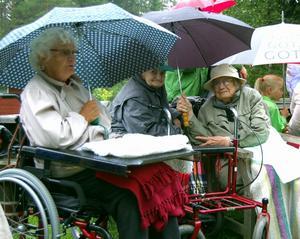 De gamla hade otur med vädret vid fäbodbesöket och många hukade under paraplyer, men de fick ändå komma ut i friska luften och tänka tillbaka på fäbodminnen. Foto:Anders Mojanis