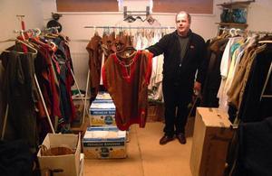 Lars Levin visar några av de kläder som sytts i Bodsjöbygden enkom för Boddaspelet och som nu hänger till ingen nytta.