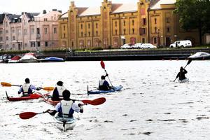 Somalier på Gavleån. I går var det tredje gången som de tio grabbarna paddlade i Gavleån.