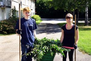 Hampus Hansson Budahl och Justina Gustavsson är två av Lekeberg kommuns drygt 80 ungdomar som garanterats jobb i sommar.