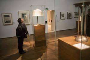 En besökare på Leopoldmuseet betraktar den nya utställningen med
