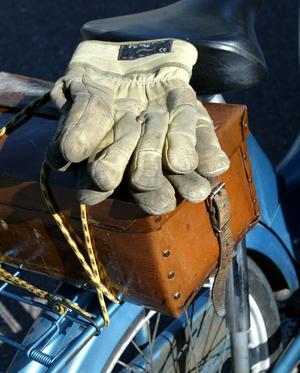 Matsäck? Krångligare än så här behöver det inte vara. Mopedens pakethållare är ju till för att användas. Om den praktiska lådan rymmer förnödenheter, verktyg eller extrakläder är okänt.