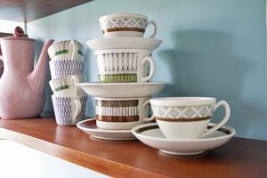 Eleonore använder sitt porslin dagligen. De här kopparna står framme på en hylla i köket.