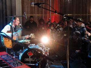 Trummor, gitarr och sång förenas i ett skönt sound hos Gugges Enmanna som inledde festivalen på fredagskvällen.
