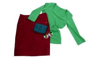 Blockfärg, Tröja, 98 kr, kjol 249 kr, liten väska/börs 98 kr. Allt från H&M. Blockfärgade örhängen i trä och plast 79,95 från Vero Moda.