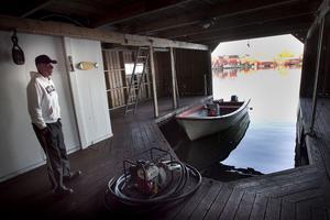 Robert Skoglund har sålt redskapen. Sjöboden gapar tom så när som på båten. I helgen är det visning på hans hus.