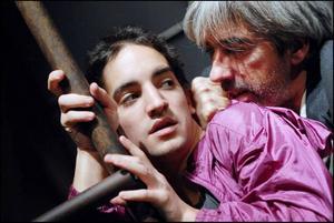 """Rapport från utsattheten. Lars Noréns """"A la mémoire d'Anna Politkovskaja"""" visades i går i Gävle. Lätt att följa trots franskan, svår att uthärda för dess svärta och alldeles nödvändig att se. Foto: Théâtre National Bryssel"""