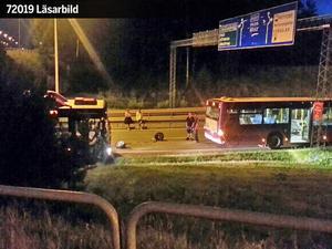 Den stulna bilen krockade först med en stadsbuss i rondellen vid Rejmes. Sedan kraschade den in i en bil vid tunneln.