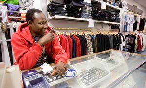 Orkar inte längre. Idrissa Sanneh stänger sin butik och studio, och 200 ungdomar blir utan lokal.