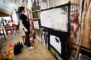 Ny konst på väg. Christoffer Svensson hänger sin första separatutställning på Jamtlis café på fredagen, en i raden av medlemmar i Artiragazzi.