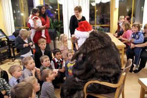 Jultomten tittade in med godispåsar som han delade ut. Det var en något trött tomte som satte sig på en stol mitt bland barnen mot slutet av festen.